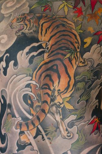 Detail – Tiger full back tattoo with leaves, seaweed and waves